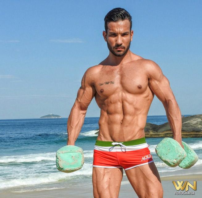 Lohan Figueiredo posa de sunga para campanha de moda praia. Foto: Netto William
