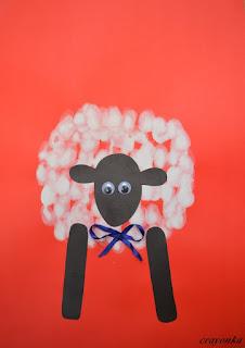 owca z kokardką malowana palcami