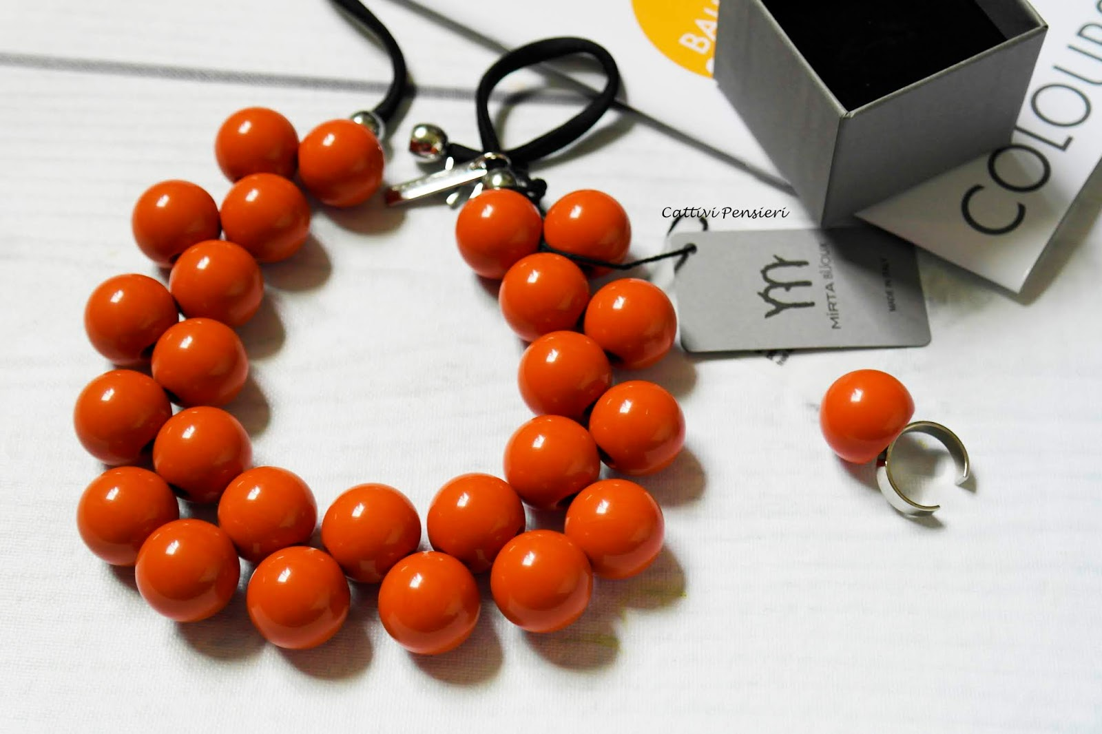 Collana Mirta sfere ballsmania resina made in Italy girocollo regolabile.