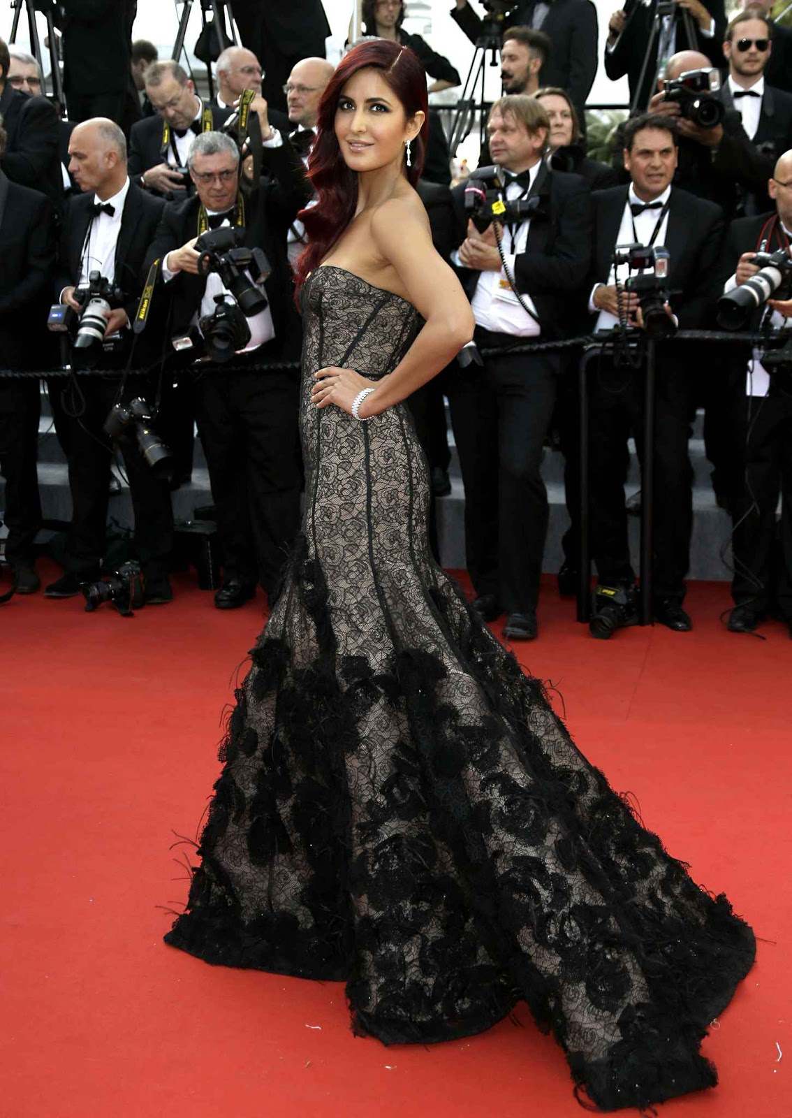 Katrina kaif looks dazzling in oscar de la renta black for Oscar de la renta wallpaper