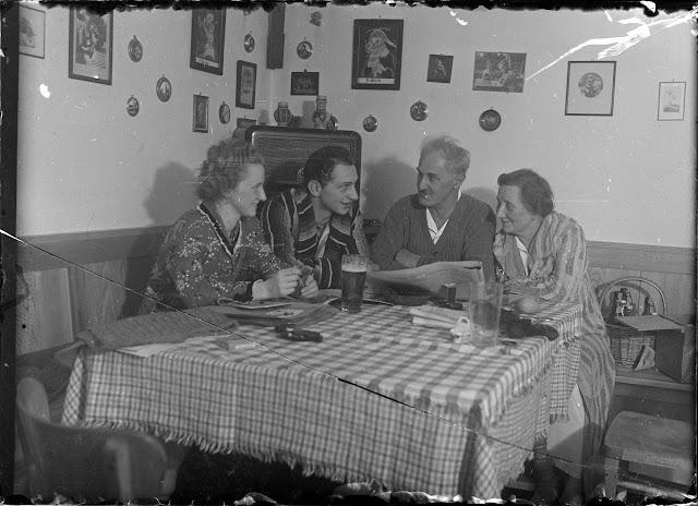 Eine Familie am Tisch - nach 1939 - vermutlich Niederbayern