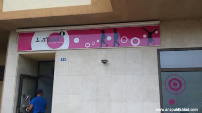 instalación de rótulo para tienda