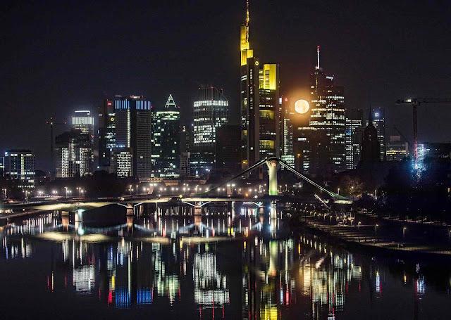 Trăng tròn tỏa sáng phía sau của những tòa nhà cao tầng ở thành phố Frankfurt – nơi đặt trụ sở Ngân hàng Trung tâm Âu châu, miền trung nước Đức. Hình ảnh: Frank Rumpenhorst/AFP/Getty Images.