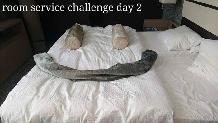Bored Business Traveler 'Challenges' His Housekeeper In A Funny And Creative Way - The next day he left her this smiley face