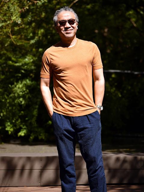 オレンジ色Tシャツのメンズコーディネート