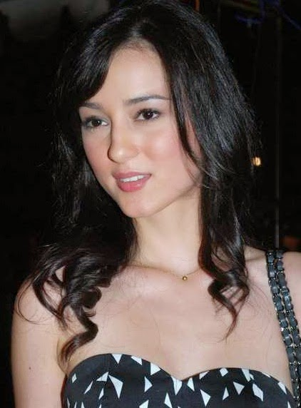 Julie Estelle photo