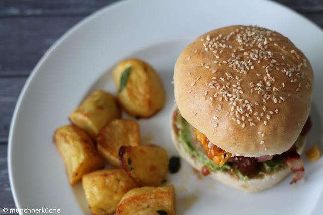Leckerer Burger mit Mais, Speck und Avocadocreme.