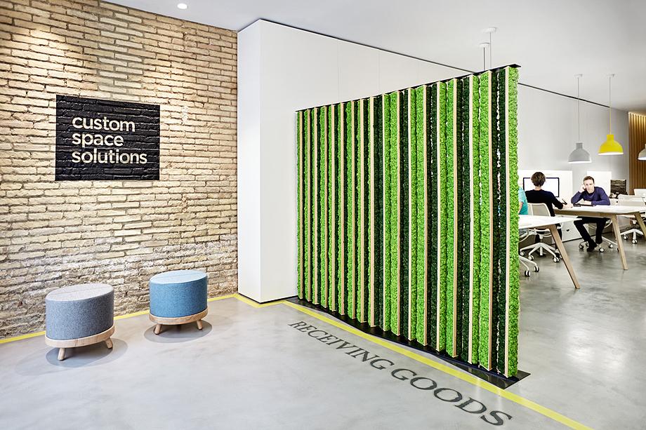 Marzua separador de ambientes de madera y liquen de greenarea - Separador de madera ...