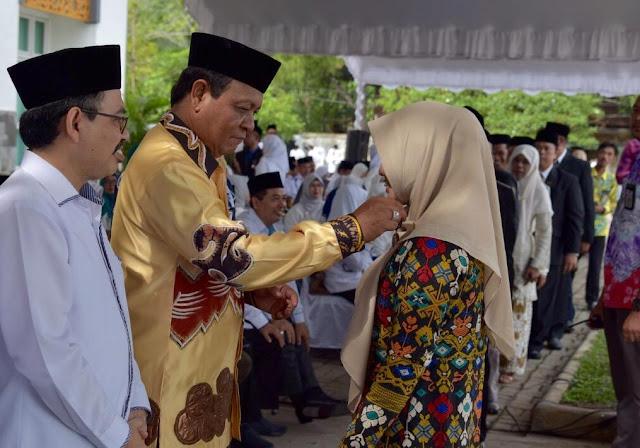 Gubernur Kalsel Sematkan Satya Lencana di HAB Ke-73