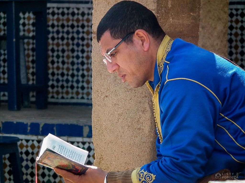 Człowiek czytający Koran w Rabacie, Maroko