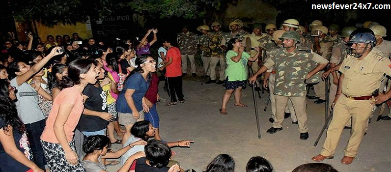 UP Police Lathicharge on Girls Protesting In BHU