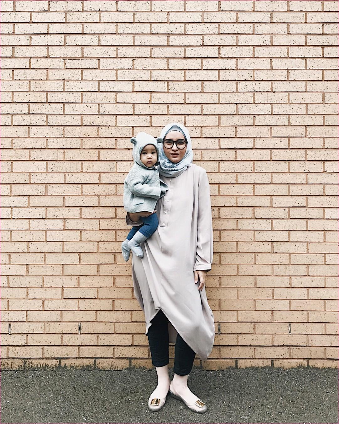 Outfit Baju Tunic Untuk Hijabers Ala Selebgram 2018 baju tunic krem legging hitam flatshoes kaos kaki stocking kerudung segiempat hijab square abu muda ciput rajut kacamata tembok ootd trendy kekinian style tembok