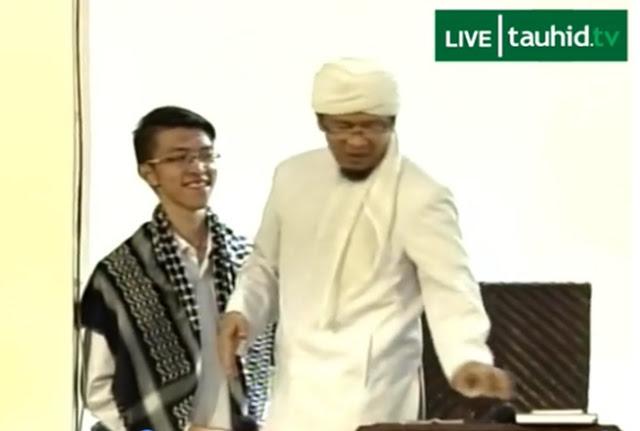 Masuk Islam di Depan Ribuan Jamaah, Alex Samuel Dihadiahi Aa' Gym Surban - BeritaIslam24 = OpiniBangsa