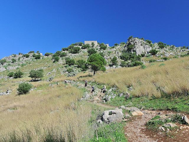 ścieżka na szczyt góry La Rocca, Sycylia