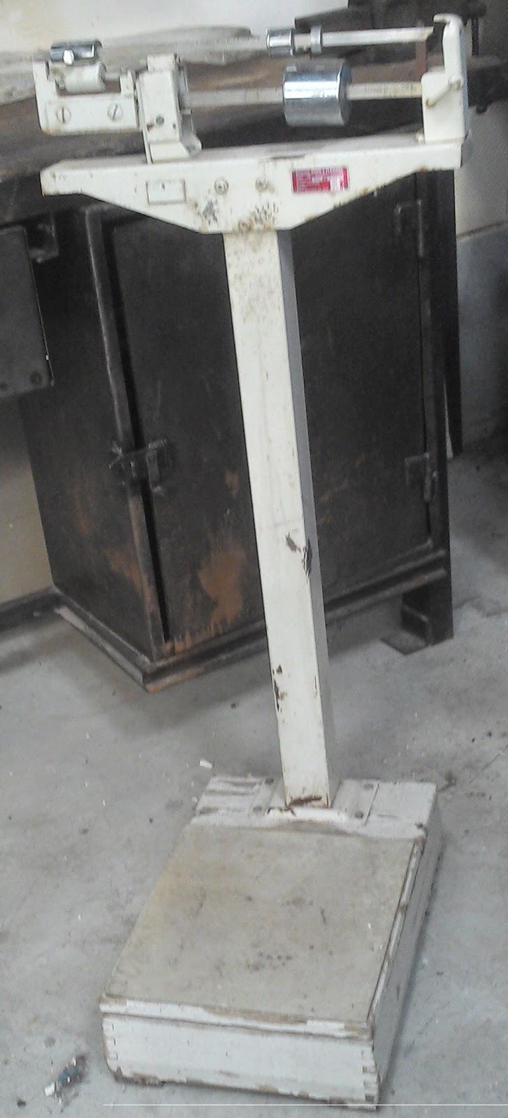 ancienne balance de pharmacie bois et m tal chrom objet de metier loft. Black Bedroom Furniture Sets. Home Design Ideas