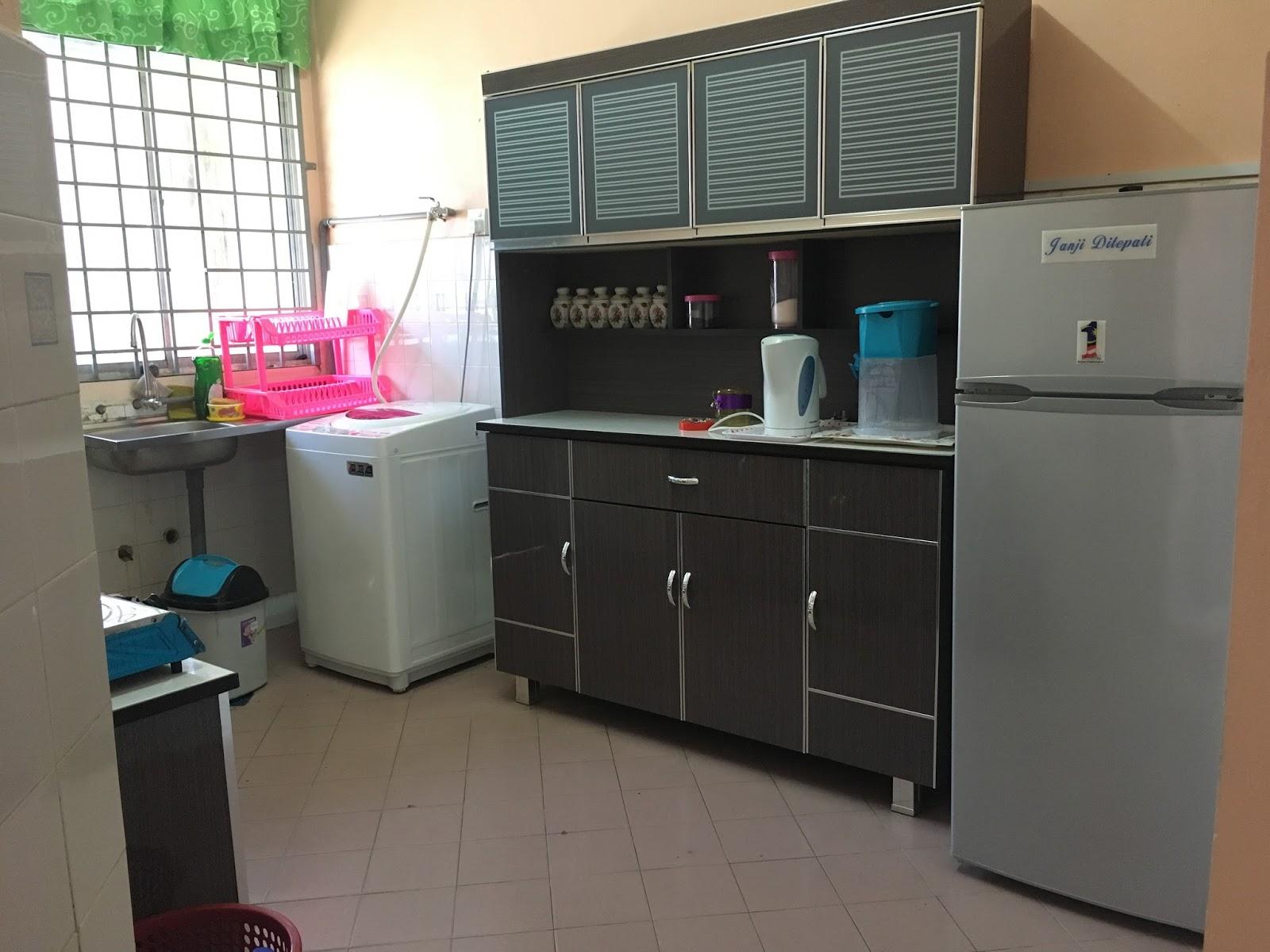 Dapur Memasak Mesin Basuh Peti Ais Dan Peralatan Pinggan Mangkuk Di