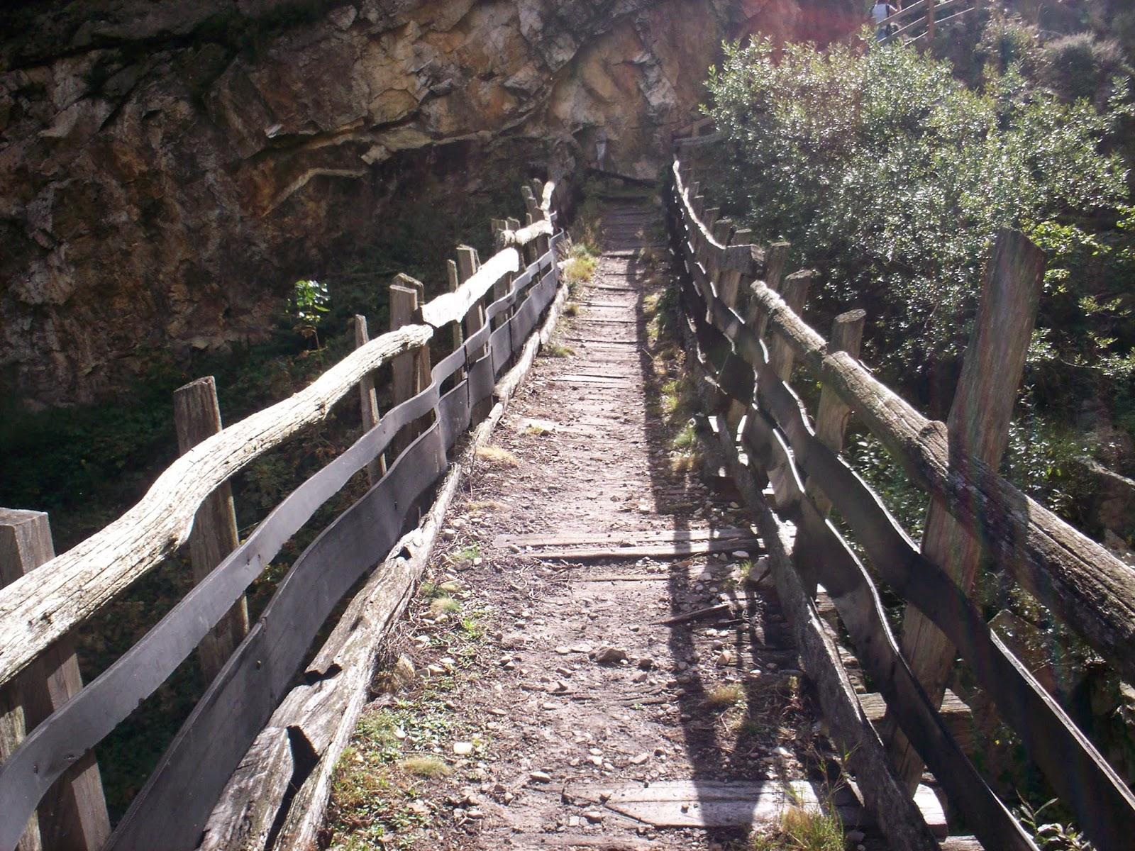 Cruzando el puente en la ruta del desfiladero de los Arrudo.