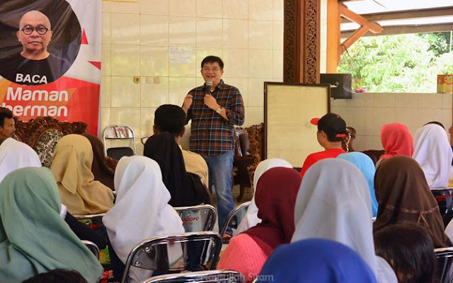 Pak Endaryono mengenalkan pajak pada peserta seminar