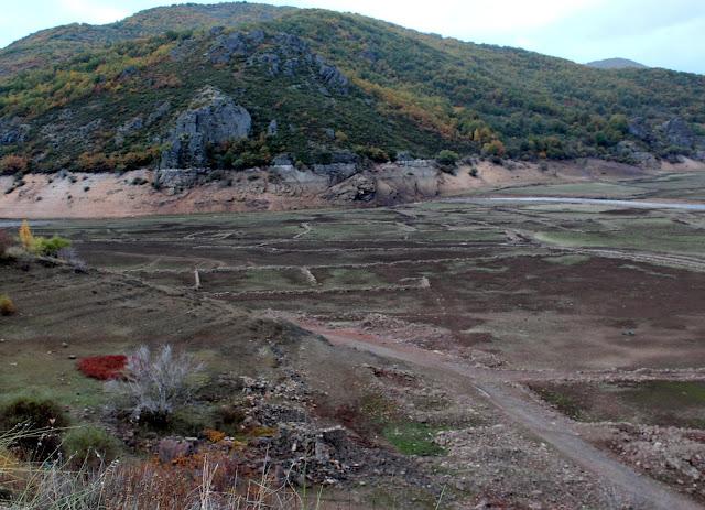 Los restos del pueblo Láncara de Luna en el embalse de los Barrios de Luna. Comarca de Luna, León