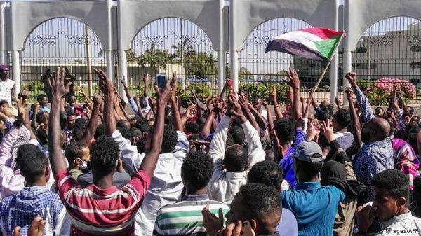 Manifestantes protestan frente a sede del Ejército en Sudán