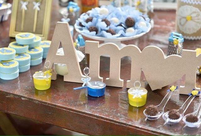 vchá bar, noivos felizes, chá de panela, decoração diy, mesa do bolo, decoração amarela e azul, chá bar, rústico, docinhos