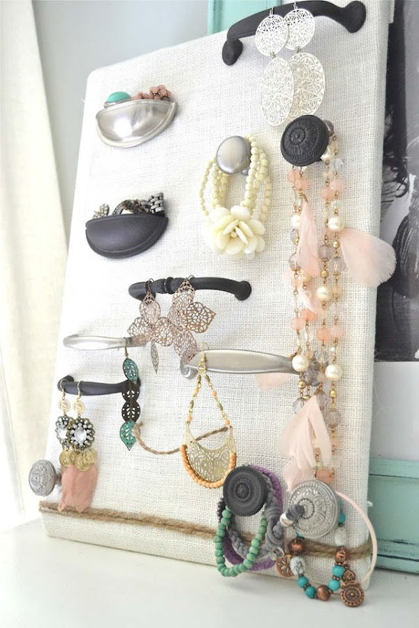 colgador de joyas hecho con tiradores viejos