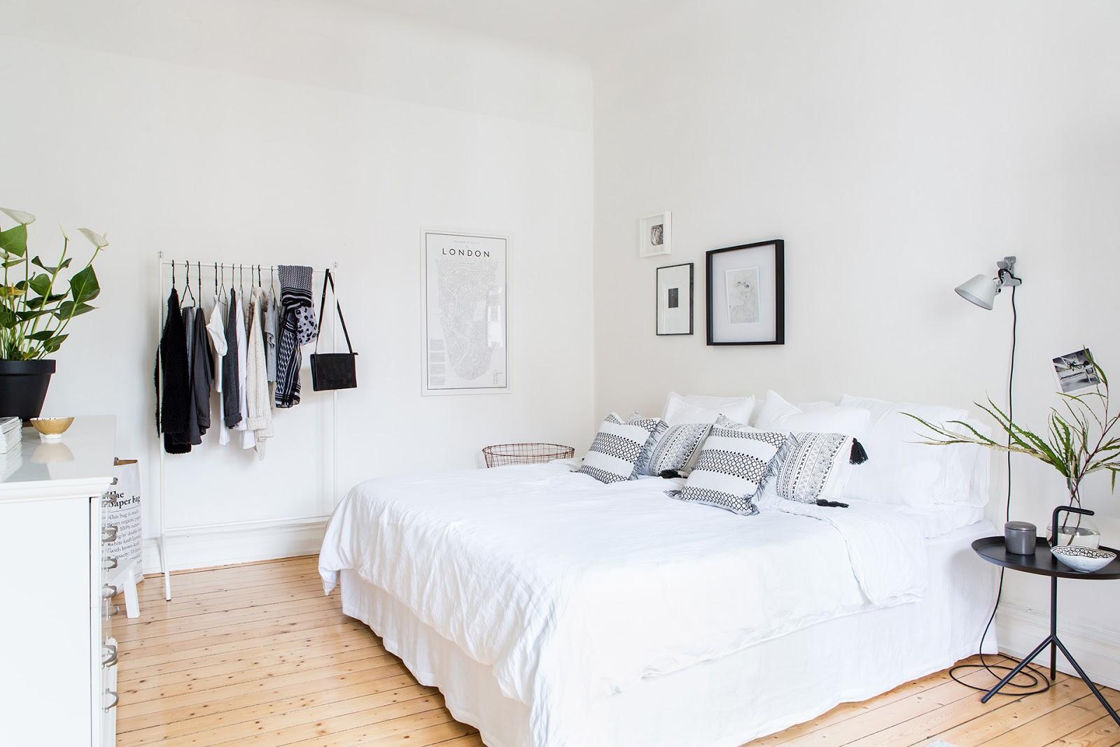 dormitorio, estilo nordico, dormitorio nordico, decoracion nordica, decorar con cuadros, sabanas blancas, carro para la ropa, perchero, ikea, comoda blanca,