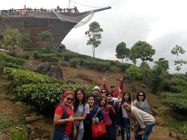 GAS Lovers (Member Group Anak Siantar) sedang berpose di Situ Patenggang Ciwidey Bandung dengan latar belakang Kebun Teh dan Restoran Ala Kapal Besar, Minggu (11/03/2017) - Foto: Wartagas.com