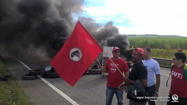 MST fecha a BR-101 em Goiana, protestando contra o impeachment.