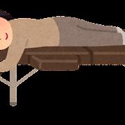 施術ベッドに寝る人のイラスト(女性)
