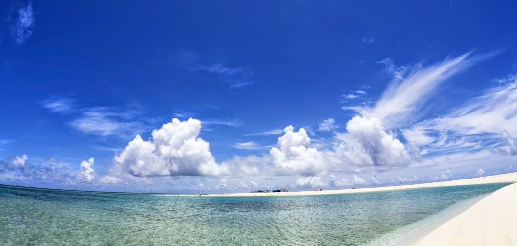 Nubes y playa tropical