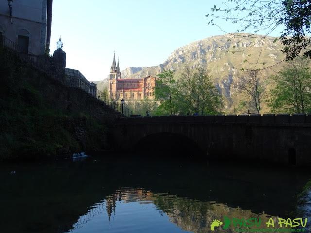 Basílica de Covadonga desde la Fuente de los Siete Caños