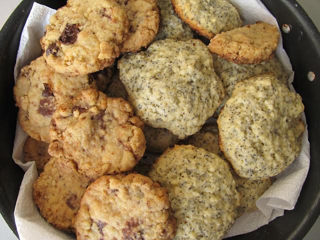 Домашнє пісочне печиво з шоколадом, маком та кокосовою стружкою