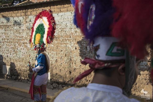 Jovenes danzantes de la pluma
