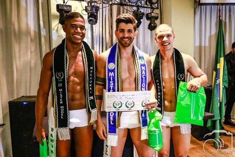 Juliano Schaefer, o Mister Model Nacional 2018, ao lado de Felipe Cruz e Marciel Santos. Foto: Paulo Neobeck
