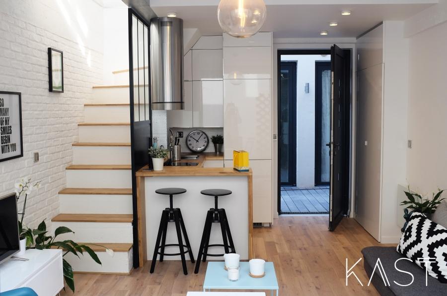 Mały apartament w stylu loftowym - wystrój wnętrz, wnętrza, urządzanie mieszkania, dom, home decor, dekoracje, aranżacje, styl loftowy, loft, styl industrialny, małe wnętrza, kawalerka, małe mieszkanie, otwarta przestrzeń, salon, living room, kuchnia, kitchen, schody, blat, stołek barowy, aneks kuchenny