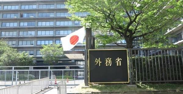 外務省の大きな表札と建物