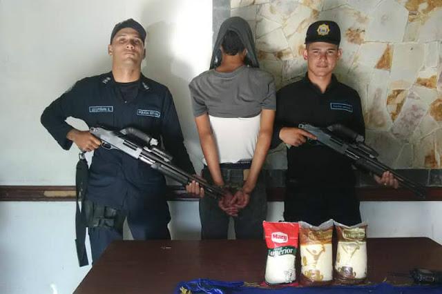 Policías fuertemente armados detuvieron a un individuo por robarse 3 paquetes de arroz