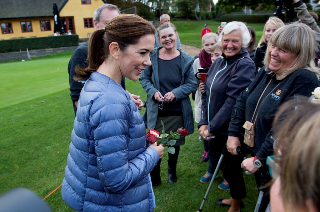 the royal news princess mary showed golf skills at. Black Bedroom Furniture Sets. Home Design Ideas