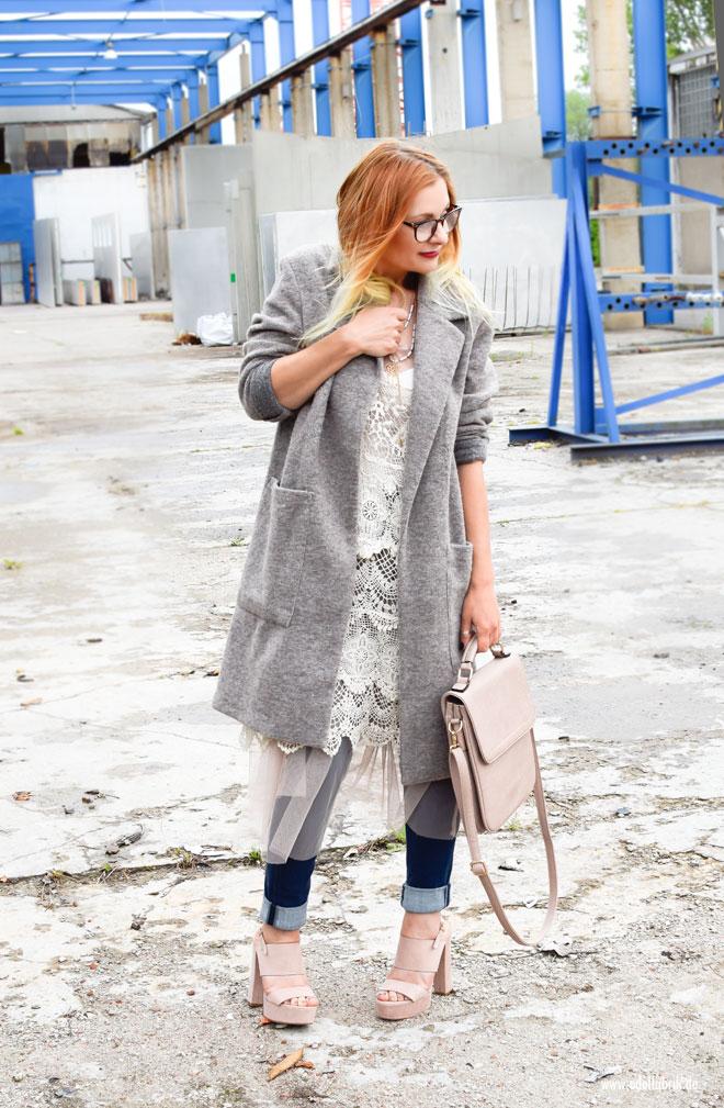 So stylst Du ein Kleid über einer Jeans