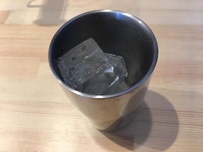 三軒茶屋のSirusi(しるし)の氷の入ったコップ
