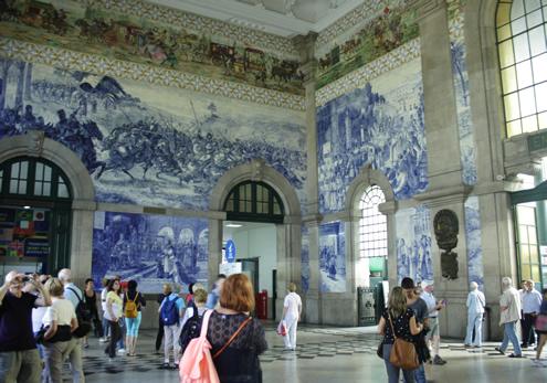 Creative guide to colorful Porto - Soa Bente station | Happy in Red