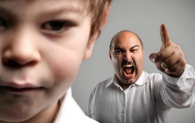 sinirli baba ve oğlu
