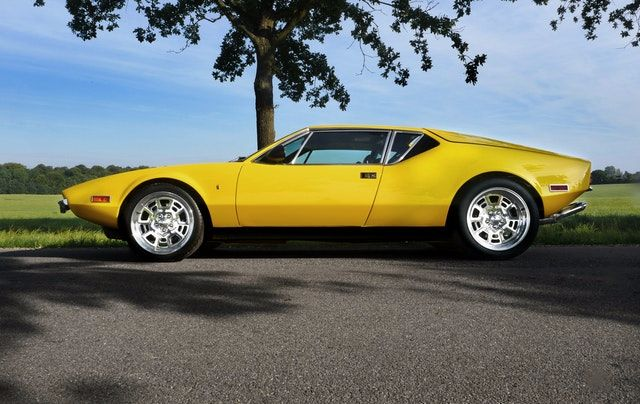 黄色のヴィンテージスポーツカー