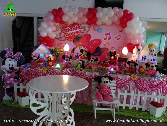 Decoração de aniversário em mesa temática de tecido com o tema Minnie rosa para festa infantil