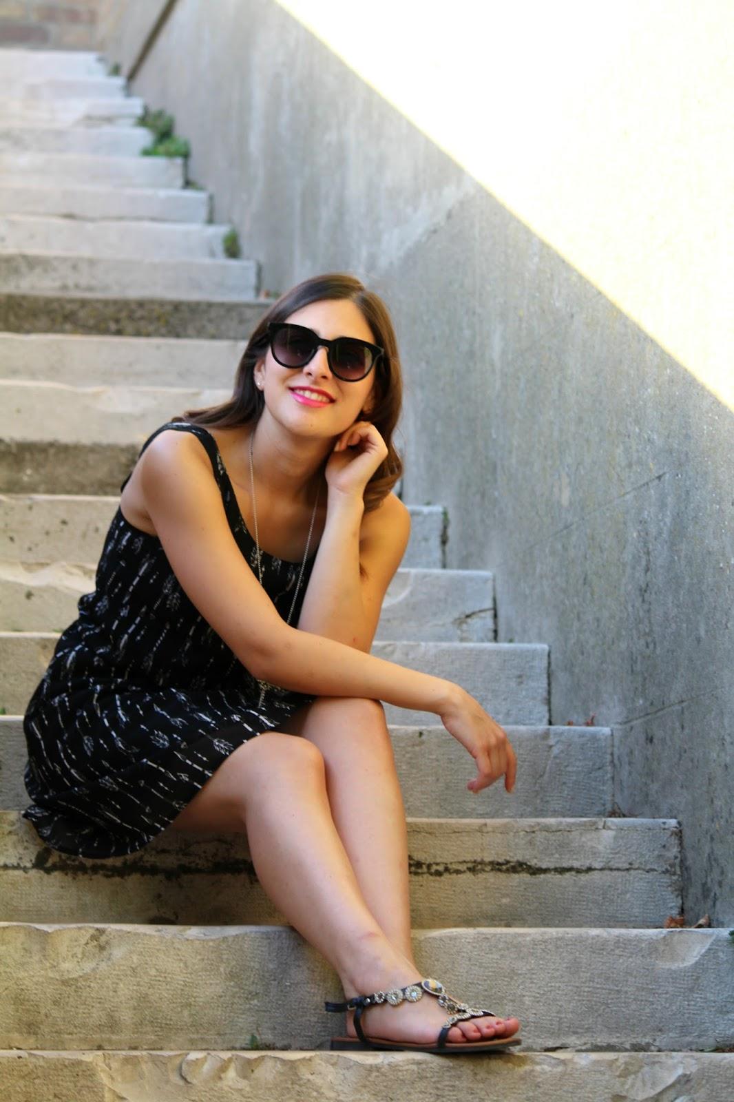 vestito nero occhiali sandali gioiello