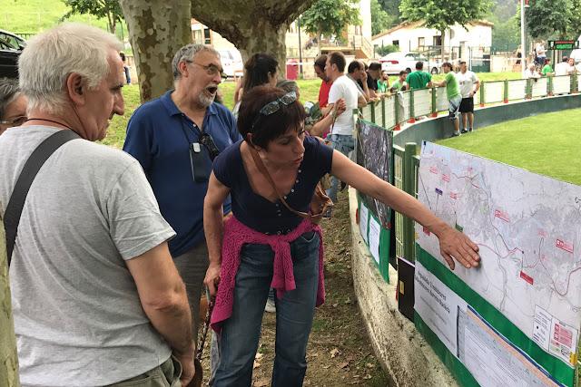 Una integrante de Barakaldo Naturala explica el proyecto ferroviario que atravesará Gorostiza