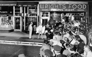 Multitud asistiendo a la escena del vestido de Marilyn Monroe