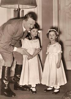 Adolf Hitler con Helga y Hilde Goebbels