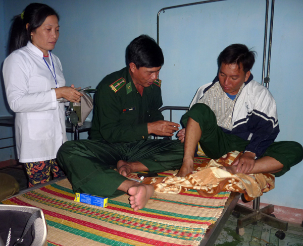 Ngư dân Nguyễn Văn Lộc (sinh năm 1989) trú tại xã An Hải, huyện Lý Sơn bị sóng đánh chìm xuồng khi đang hành nghề câu cá gần bờ được chiến sĩ quân y Bộ đội Biên phòng tỉnh Quảng Ngãi chăm sóc y tế.